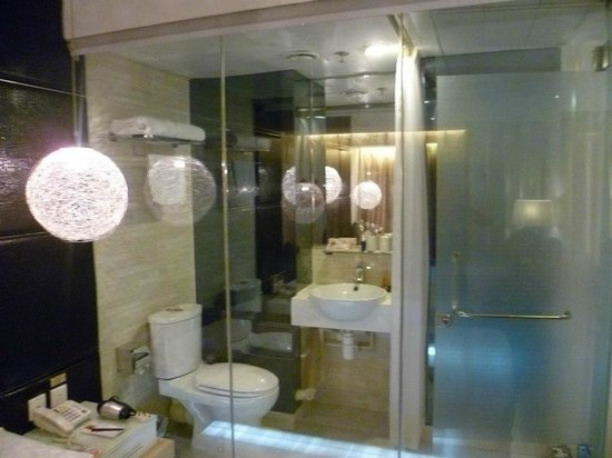 M1 Hotel: See thru bathroom