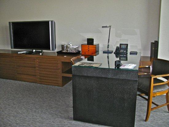 Mandarin Oriental, Tokyo : Desk and TV