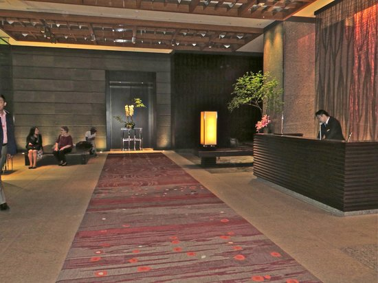 Mandarin Oriental, Tokyo: Street entrance where you come into the hotel and also get a cab