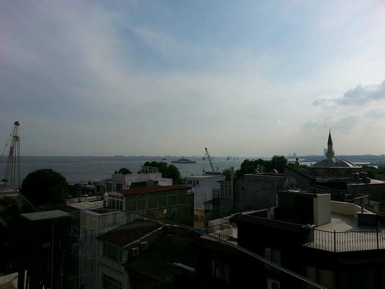 Hotel Amira Istanbul: View from the rooftop overlooking the sea