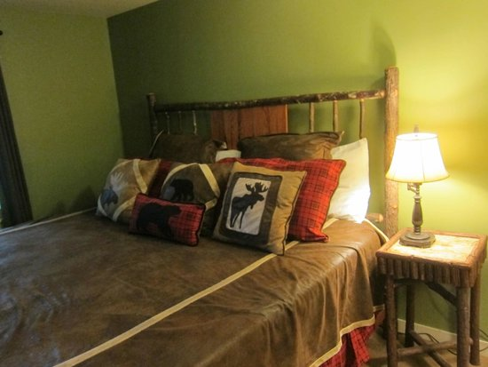 Whitney's Inn: Master Bedroom with lots of throw pillows