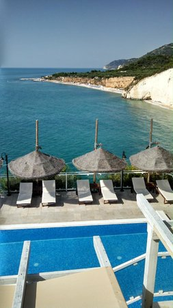 Hotel Villa Scapone: View from the deck above the pool