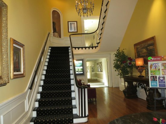 The Martha Washington Inn and Spa: Main Stairs from lobby
