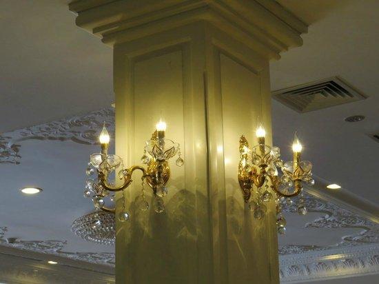 Regency Angkor Hotel : Dining room crystals