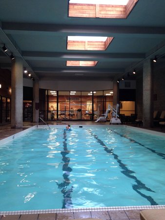 Des Moines Marriott Downtown : View of the gym from the pool