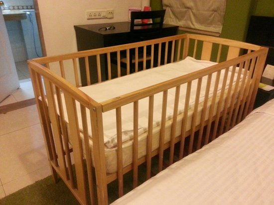Royal Orchid Golden Suites : Baby bed provided by the staff