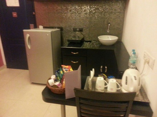 Royal Orchid Golden Suites : Kitchenette