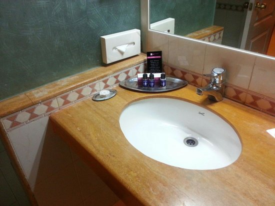 Royal Orchid Golden Suites : Clean bathrooms