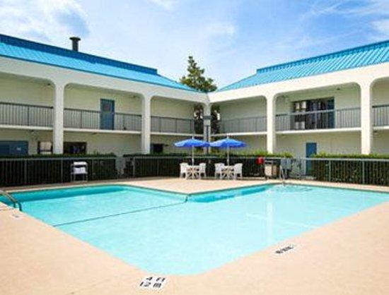 Baymont Inn & Suites/Camp Lejeune : Pool