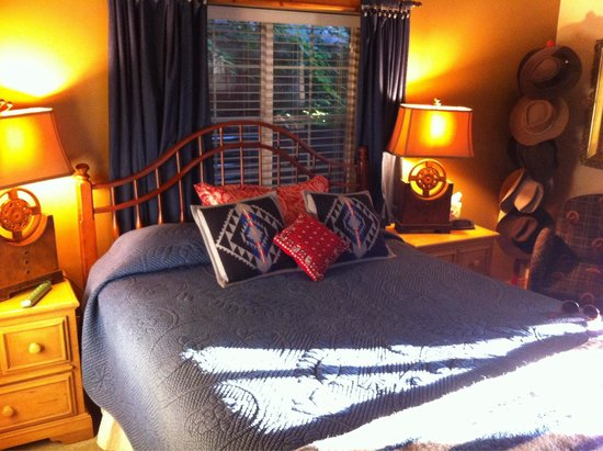 Big Yellow Inn Bed & Breakfast: The Lodge room
