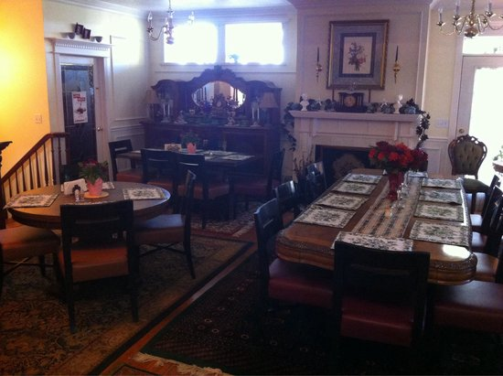 Big Yellow Inn Bed & Breakfast: Breakfast room