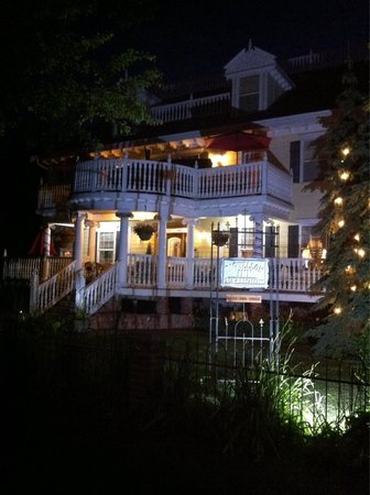 Big Yellow Inn Bed & Breakfast: The wonderful house by night