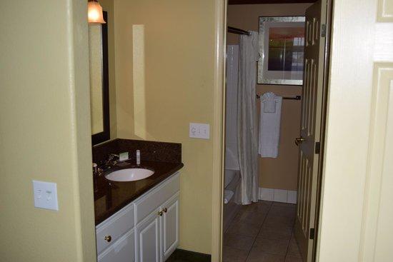 Homewood Suites by Hilton Vancouver-Portland : Bathroom area