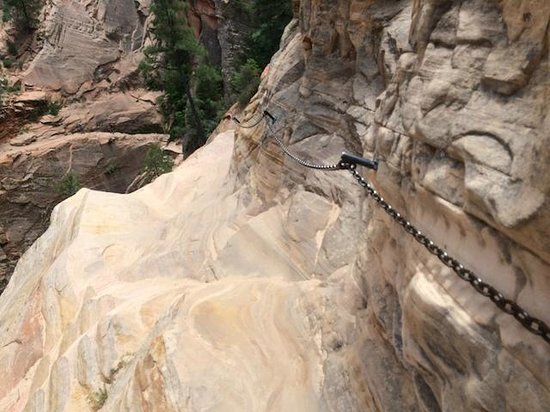 Hidden Canyon: チェーンを持って歩く所があり