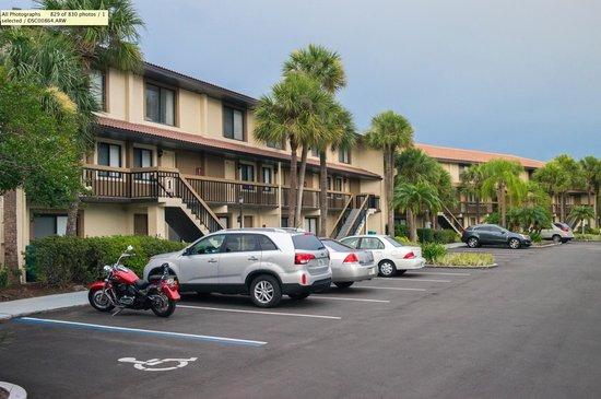 Orlando International Resort Club: Парковка перед номерами