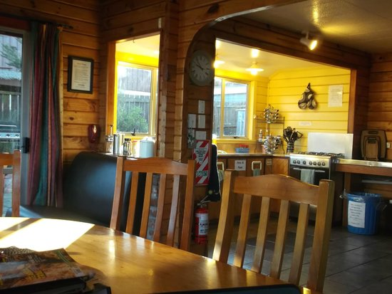 Hanmer Backpackers: kitchen area