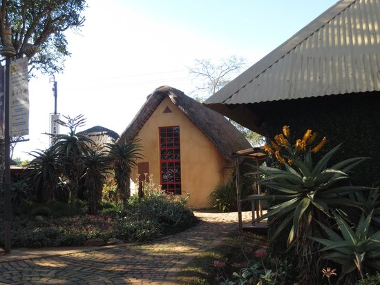 Malandela's Guest House: One of the hotel's building with traditional thatch