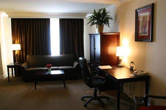 Hampton Inn & Suites Stamford : Suite Living Area