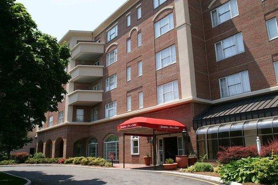 Hampton Inn & Suites Stamford : Hotel Exterior