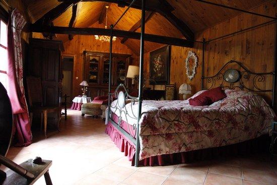 Le Relais de la Tour: Our huge room