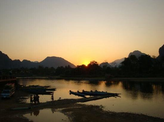 Villa Vang Vieng Riverside: Sunset view from the restaurant.