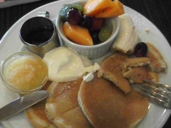 Powerhouse Cafe: yummy pancakes with fresh fruit