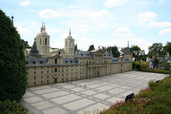 Mini-Europe: El Monasterio del Escorial. Las plantas se han comido a la gente.