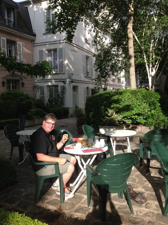 Hôtel des Grandes Ecoles : Breakfast in the courtyard