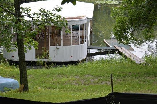 """Spicer Castle Inn: Better view of  """"The houseboat""""??"""