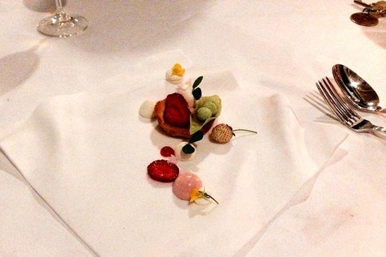 Madrona Manor Restaurant: Peas in a pod, strawberries, white chocolate