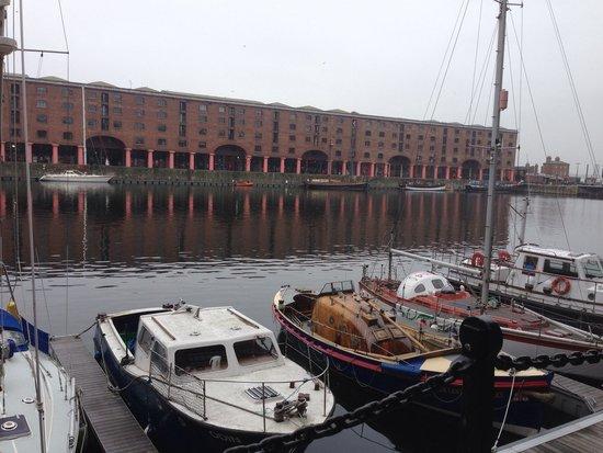 Albert Dock : たくさんのshopからなる