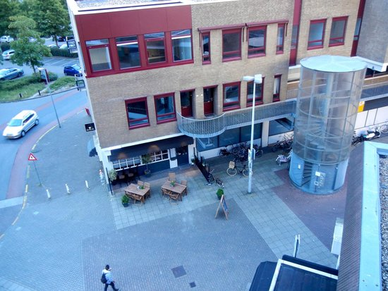 Apollo Hotel Lelystad City Centre: Looking down at the street where people scream at night.  Hmm.