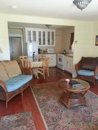 Monarch Cove Inn: Living room and kitchenette