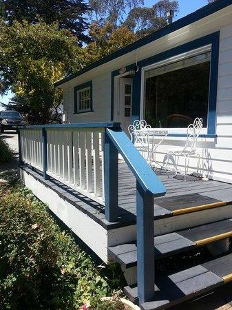 Monarch Cove Inn: Front porch
