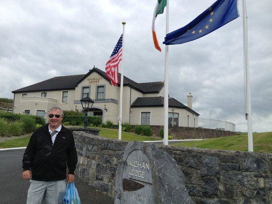 Vaughan Lodge: Flags flying out front of hotel