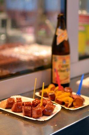 Wurstelstand am Hohen Markt: Käsekrainer (saucisse au fromage) et saucisse au curry accompagnées de bière autrichienne.