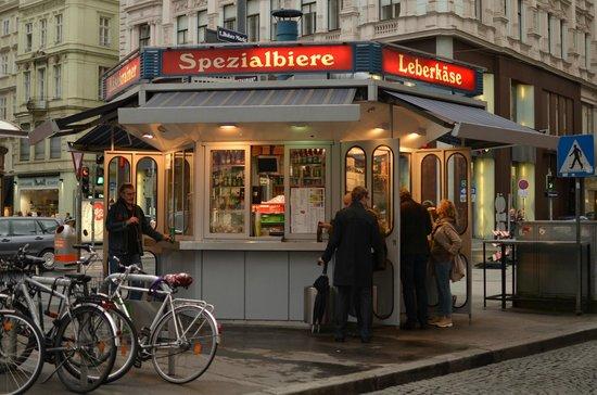 Wurstelstand am Hohen Markt: Le Wüsrstelstand (stand à saucisse)