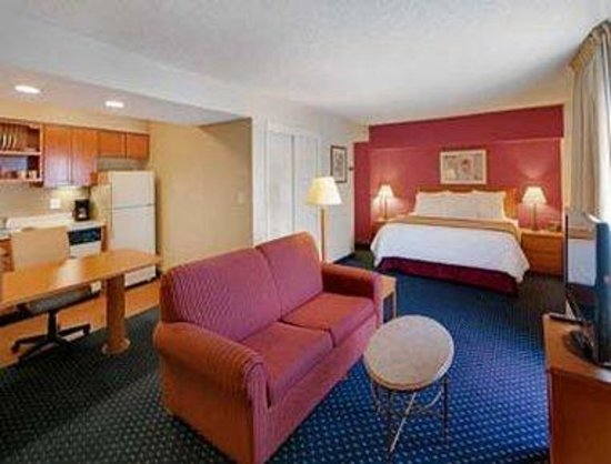 Hawthorn Suites by Wyndham Airport Columbus East: King Suite