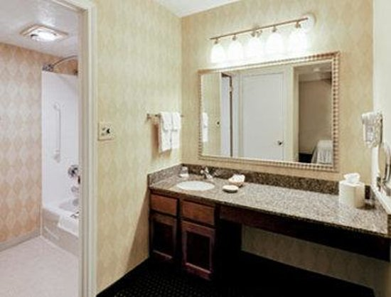 Hawthorn Suites by Wyndham Miamisburg/Dayton Mall South: Bathroom