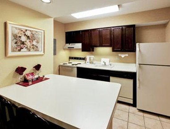 Hawthorn Suites by Wyndham Dayton North: Kitchen