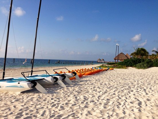 Now Sapphire Riviera Cancun : View from beach in front of the gym