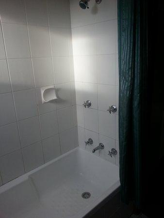 Parkway Motel: bathroom