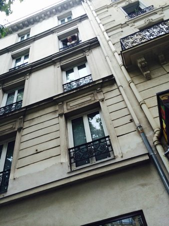 Hôtel du Prince Eugene : looking up to our room from the street
