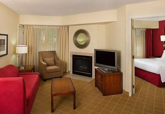Residence Inn Gaithersburg Washingtonian Center: Two-Bedroom Suite Living Area