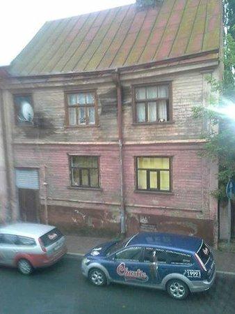 Dodo Hotel: На фотографии вид из окна. Раннее утро. Чаплин. Пицца. Феллини