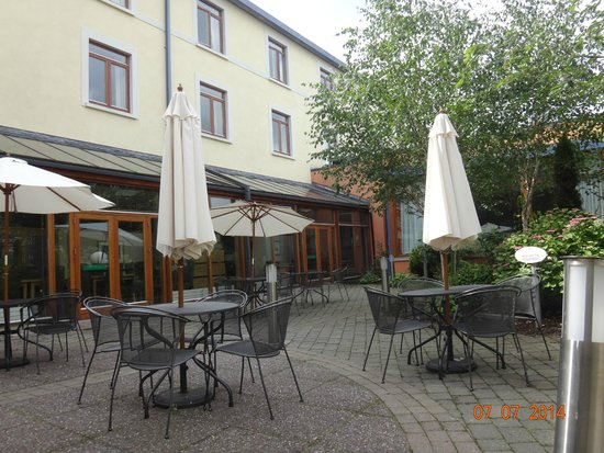 Tullamore Court Hotel: TCH Garden & outdoor dining area
