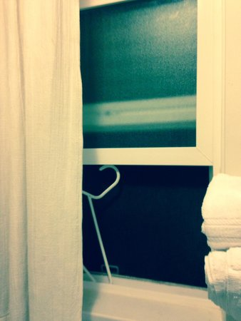 Tahoe North Shore Lodge: Propping bathroom window open with coathanger