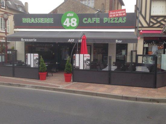 Brasserie - Pizzeria Au 48 : Nouvelle terrasse agréable pour manger une bonne viande , au soleil et à l'abris du vent !
