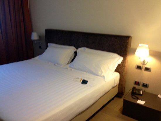 UNA Hotel Modena: Letto nella camera 225