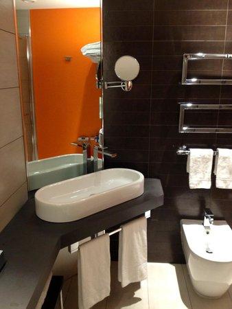UNA Hotel Modena: Visuale parziale della stanza da bagno nella camera 225